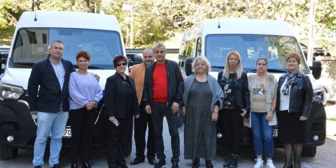 Илко Стоянов връчи ключовете от два нови микробуса на служителите към социални услуги